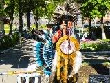 Пение и танцы Эквадорских индейцев на улицах Иваново