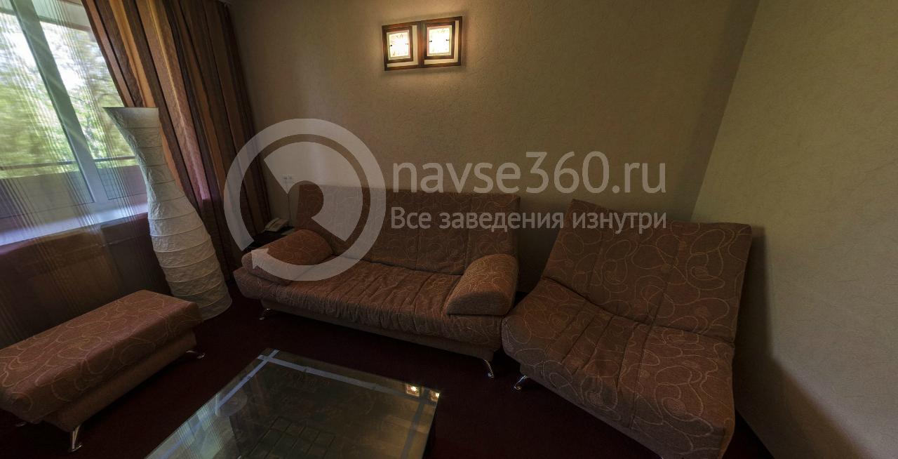 Гостиная комната двухкомнатного люкса в пансионате Волга