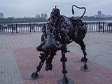 Железный бык на набережной Амура